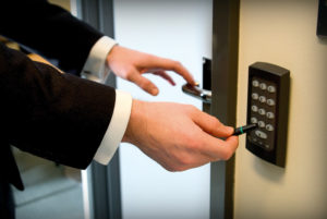 СКУД: обеспечение безопасности объекта при помощи специальных технических средств