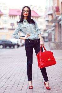 Красные босоножки и джинсы