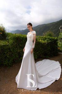 Прямое свадебное платье со шлейфом