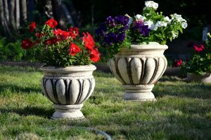 Цветочные вазоны для декорирования территории: особенности и виды
