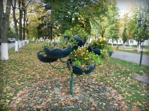 Декорированная клумба на бульваре города Московский