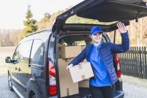 Пешие курьеры и доставка на авто: плюсы сотрудничества с популярной службой